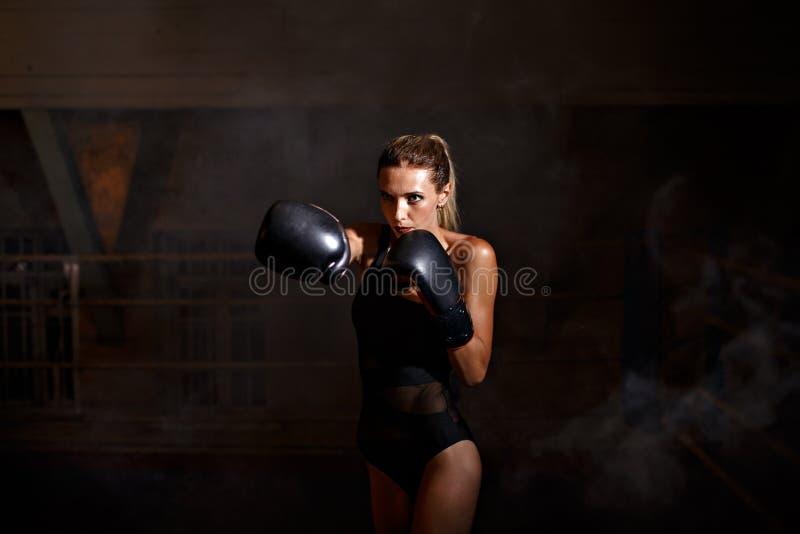 Boxningkvinna i svart kropp royaltyfri fotografi