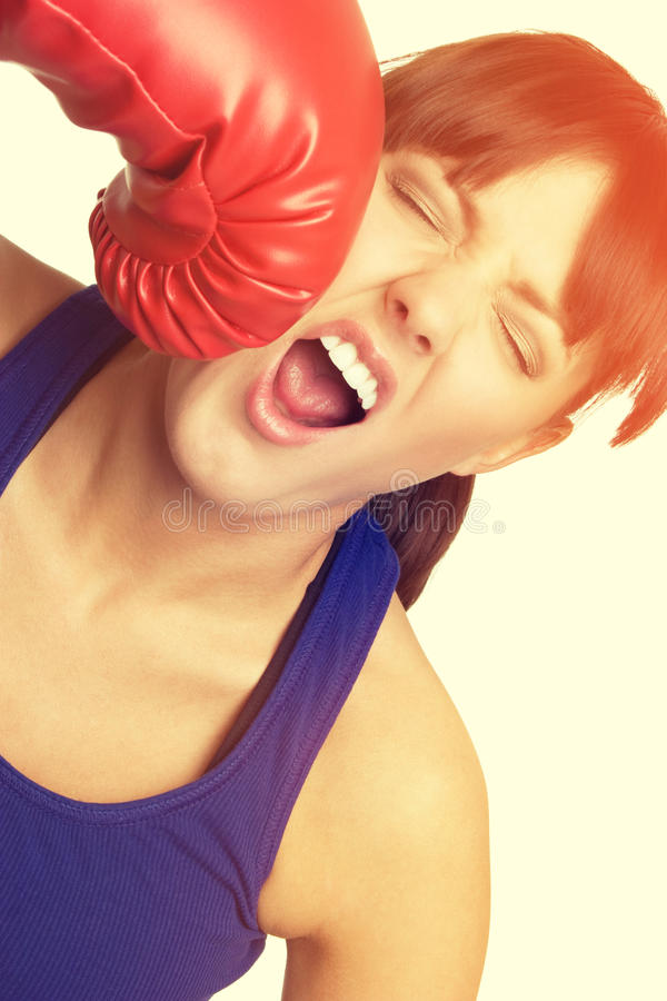Boxningkvinna som får stansad arkivbild