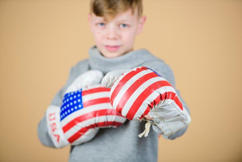 Boxningsport Ordna till för att munhuggas Säkert i hans styrka Starta att boxas karriär Pojkeidrottsmannen bär boxninghandskar me royaltyfri foto