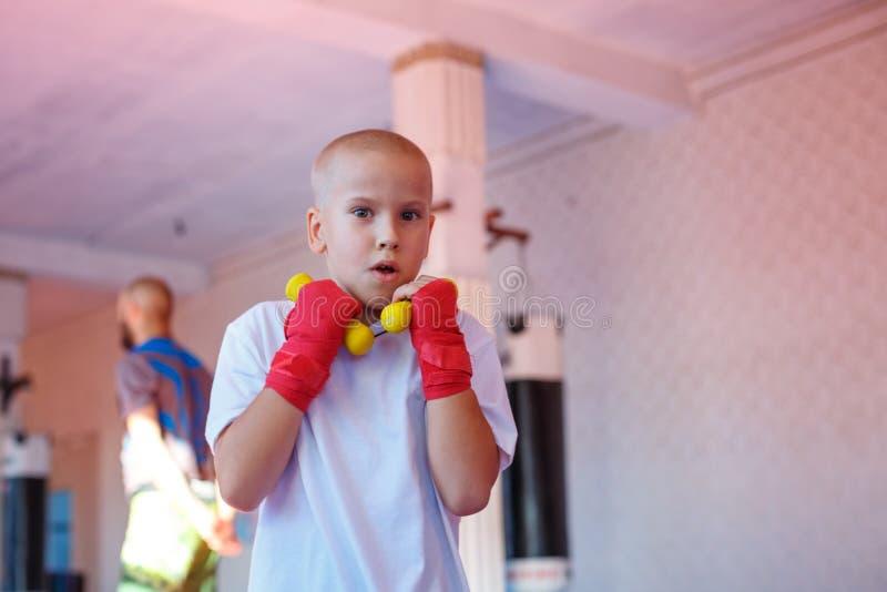 Boxningutbildning i idrottshallen, begreppet av sportutveckling arkivbild