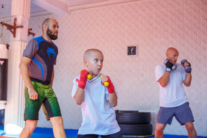 Boxningutbildning i idrottshallen, begreppet av sportutveckling arkivfoton