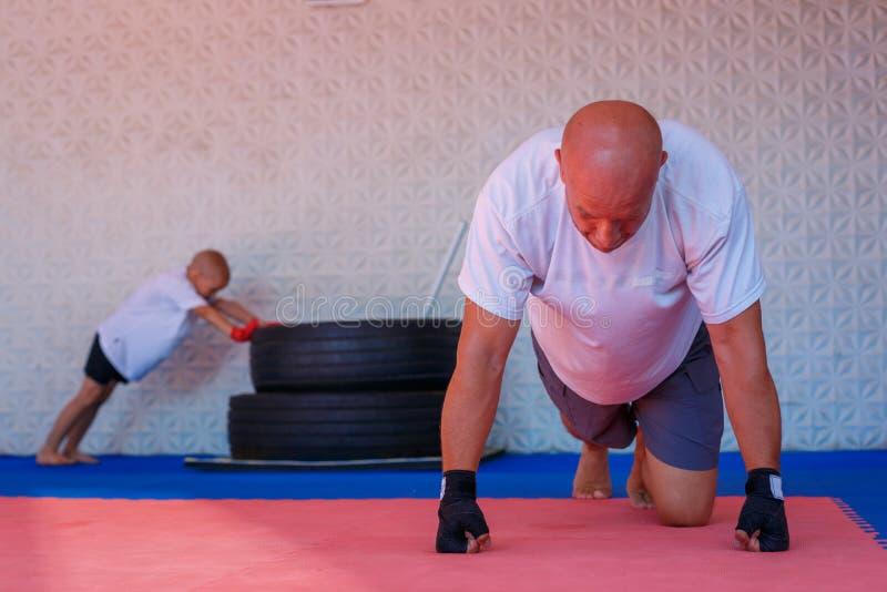 Boxningutbildning i idrottshallen, begreppet av sportutveckling royaltyfri bild
