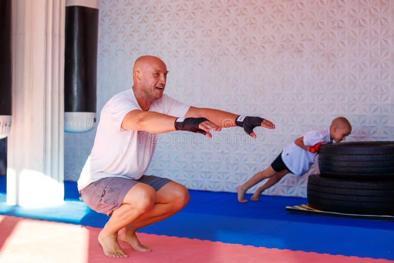 Boxningutbildning i idrottshallen, begreppet av sportutveckling arkivfoto