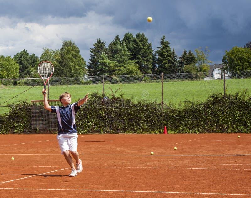 Boy har lektioner i tennis tränare fotografering för bildbyråer