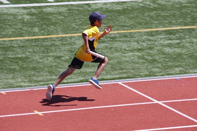 Boy sta correndo in corsa fotografia stock libera da diritti