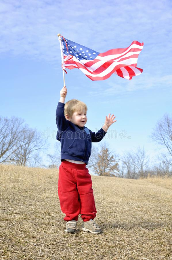 Boy-Wave-Fahne im Feld stockbild
