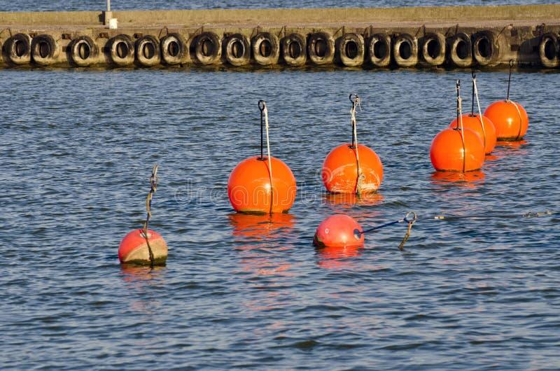 Boya anaranjada en el mar en el agua foto de archivo libre de regalías