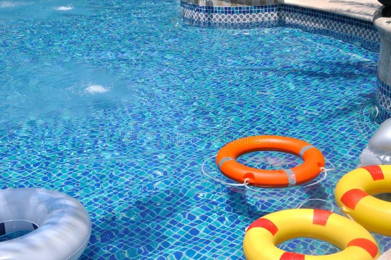 Boya de vida colorida en piscina