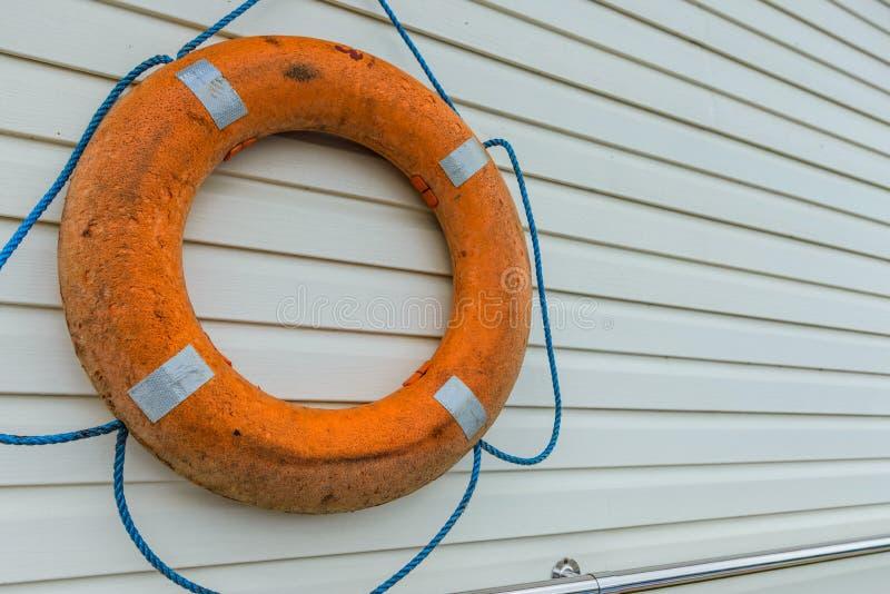 boya de vida con la cuerda que cuelga alrededor la piscina fotos de archivo libres de regalías