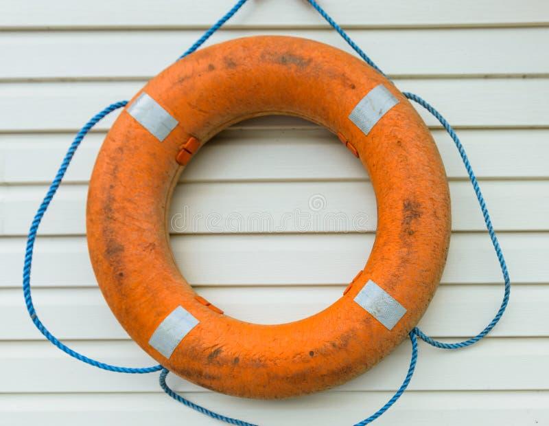 boya de vida con la cuerda que cuelga alrededor la piscina fotografía de archivo