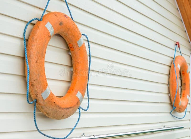 boya de vida con la cuerda que cuelga alrededor la piscina fotos de archivo