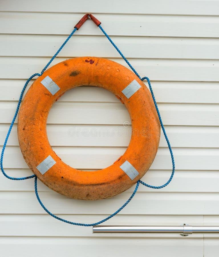 boya de vida con la cuerda que cuelga alrededor la piscina imagenes de archivo