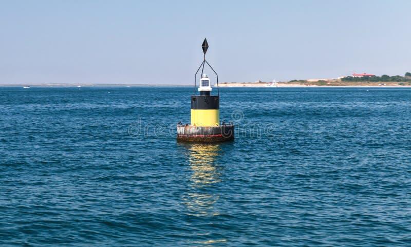 Boya moderna negra de la navegación con la raya amarilla imagen de archivo libre de regalías