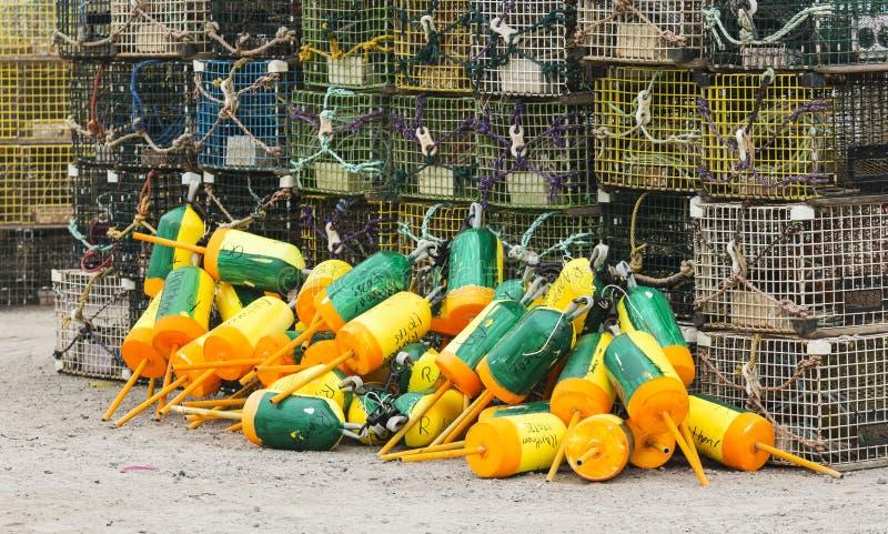 Boyas amarillas y verdes con las trampas de la langosta en tierra foto de archivo