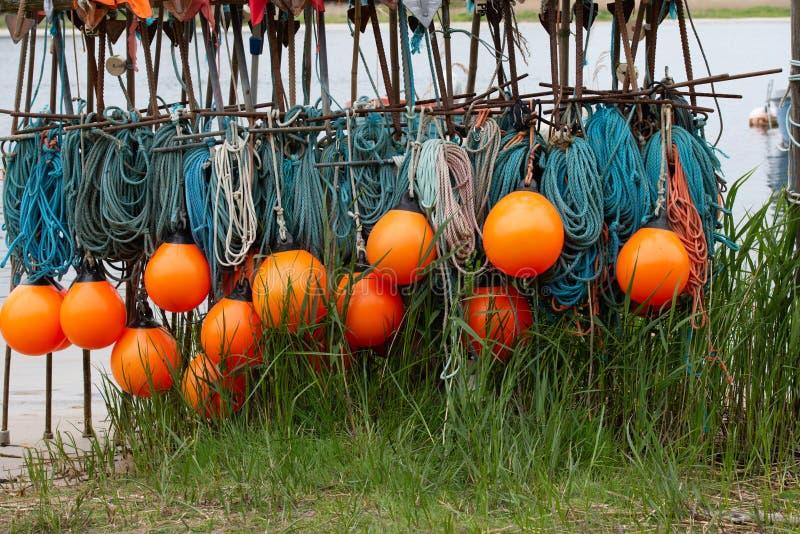 Boyas de Orang con una red de pesca de la turquesa foto de archivo
