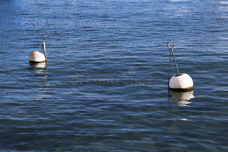 Boyas en un agua del lago en Nyon, Suiza foto de archivo