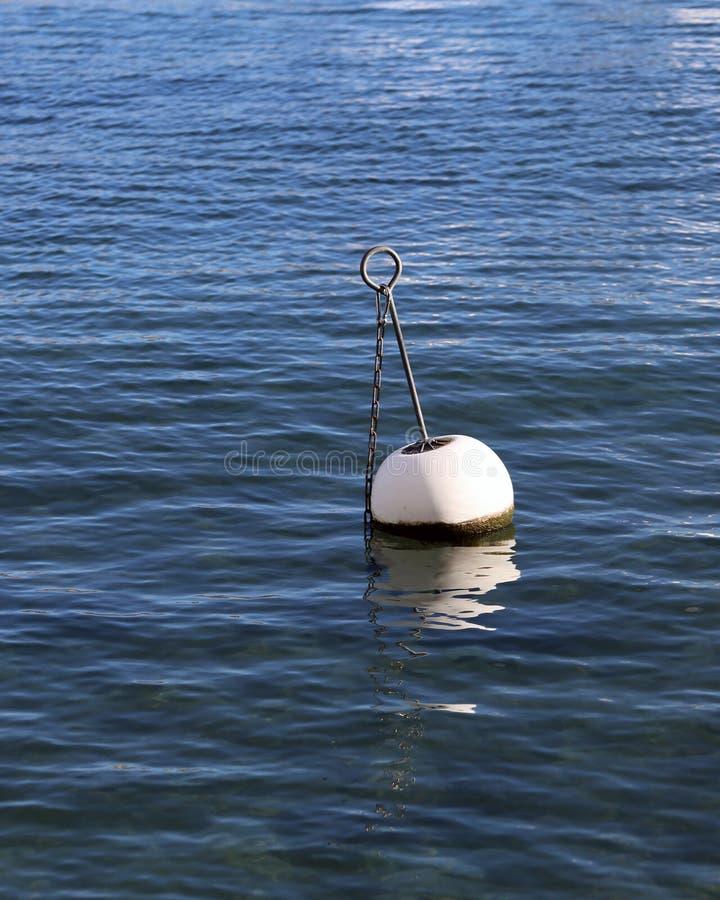 Boyas en un agua del lago en Nyon, Suiza imagenes de archivo