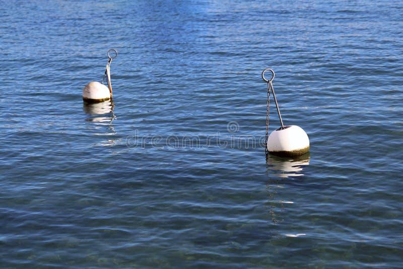 Boyas en un agua del lago en Nyon, Suiza imagen de archivo