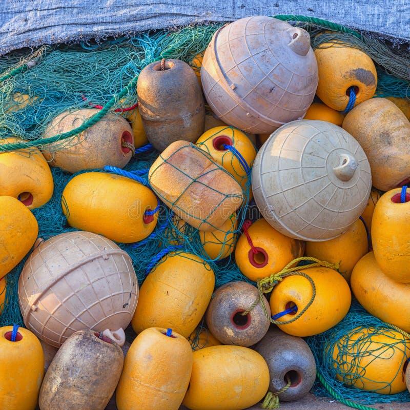 Boyas y redes de pesca amarillas fotos de archivo libres de regalías
