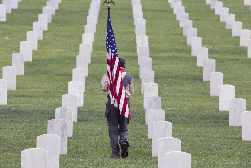 Boyscout安置之一85,在2014阵亡将士纪念日事件的000面美国旗子,洛杉矶国家公墓,加利福尼亚,美国 免版税图库摄影