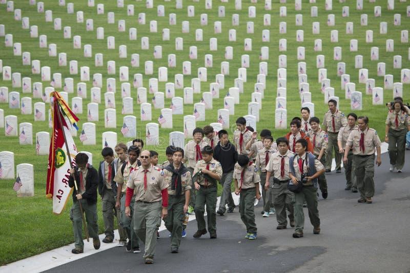 Boyscouts ställe 85, 000 USA-flaggor på den årliga Memorial Day händelsen, Los Angeles nationell kyrkogård, Kalifornien, USA arkivfoton