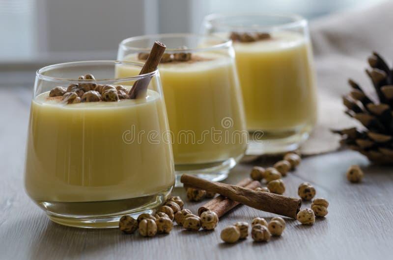 Boza ή Bosa, παραδοσιακό τουρκικό ποτό με ψημένα chickpeas α στοκ εικόνες