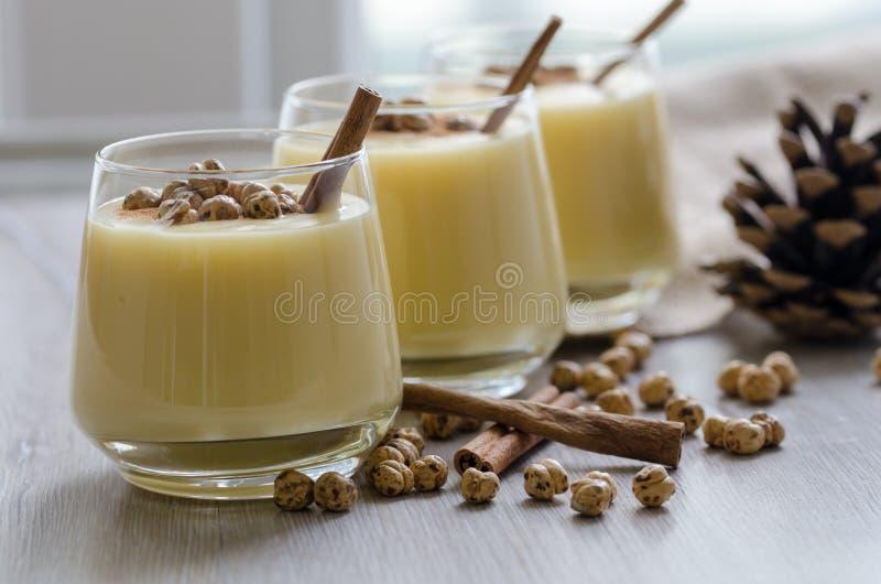 Boza ou Bosa, turco tradicional bebem com grãos-de-bico roasted a fotos de stock royalty free
