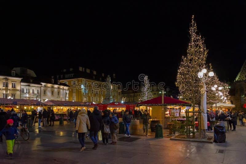 Bozano Weihnachtsmarkt am Abend, Trentino Alto Adige, Norditalien lizenzfreie stockbilder