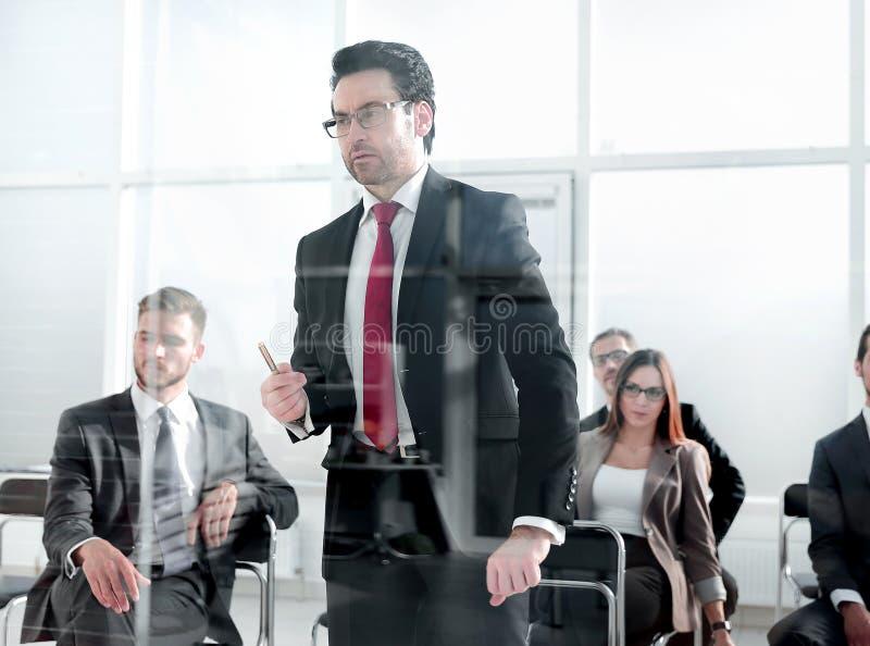 Boze Bedrijfsmens die Op middelbare leeftijd op u richten stock afbeeldingen