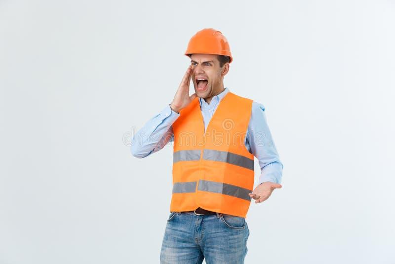 Boze bouwer of aannemer die bij somebody als woedeconcept schreeuwen die op witte achtergrond met copyspace wordt geïsoleerd stock fotografie