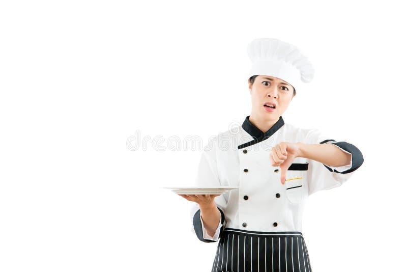 Boze chef-kok die ongelukkige gelaatsuitdrukkingen tonen royalty-vrije stock fotografie