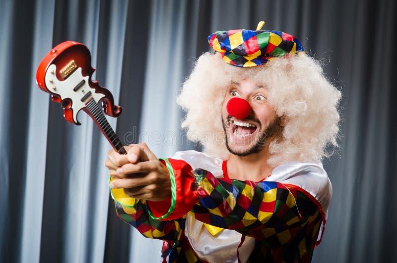 Boze clown met gitaar stock foto's