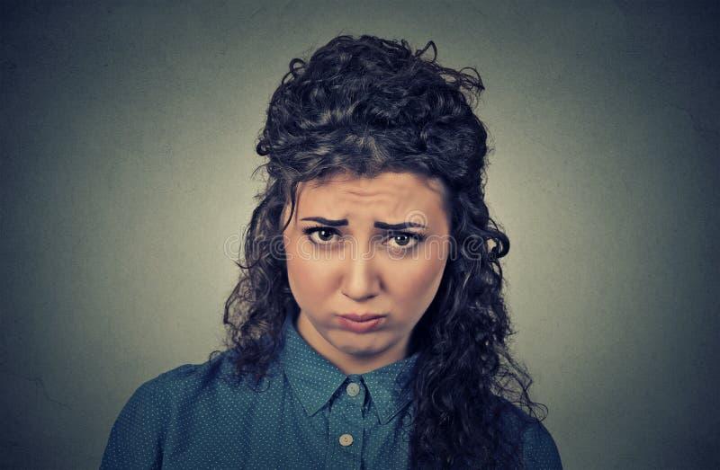 Boze die vrouw, ongeveer wordt verstoord om zenuwinstorting te hebben stock afbeeldingen