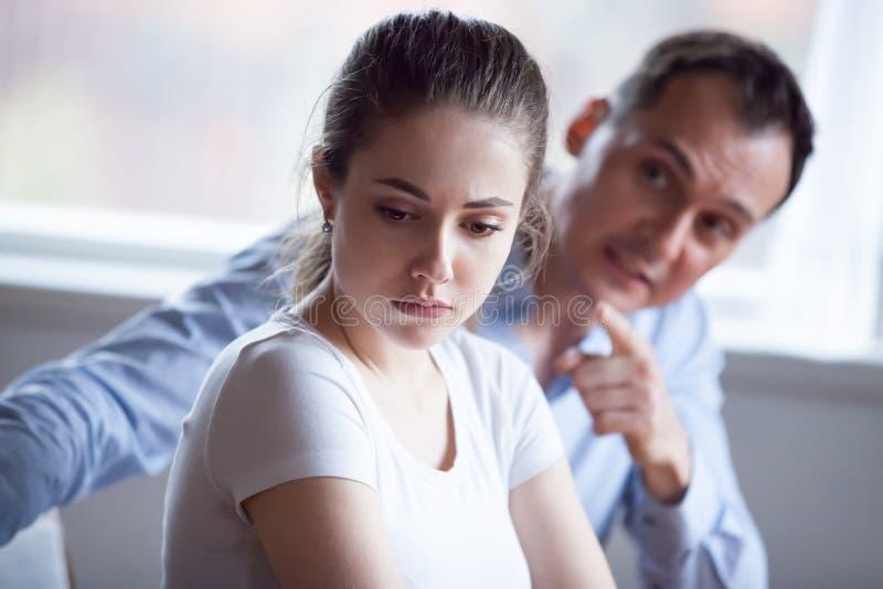 Boze echtgenoot die en op vrouw gillen schreeuwen stock foto's