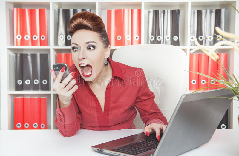 Boze gillende bedrijfsvrouw met telefoon stock afbeeldingen