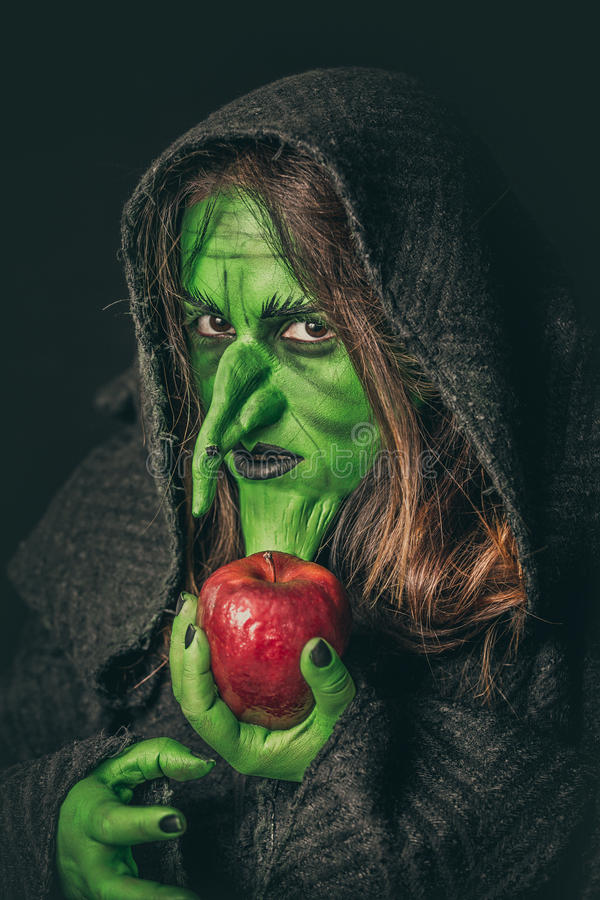 Boze heks met een rotte appel stock foto