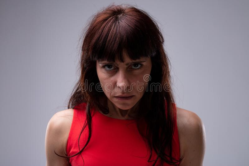 Boze humeurige vrouw die vastbesloten bij de camera staren stock foto's
