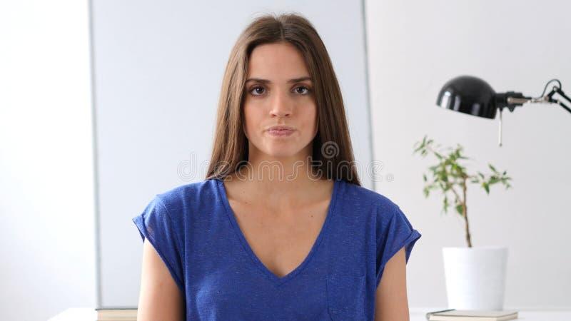 Boze Jonge Vrouw die in camera kijken royalty-vrije stock afbeelding