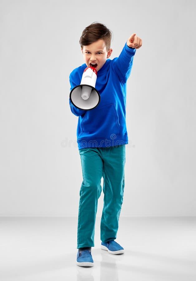 Boze jongen die aan megafoon spreken royalty-vrije stock foto's