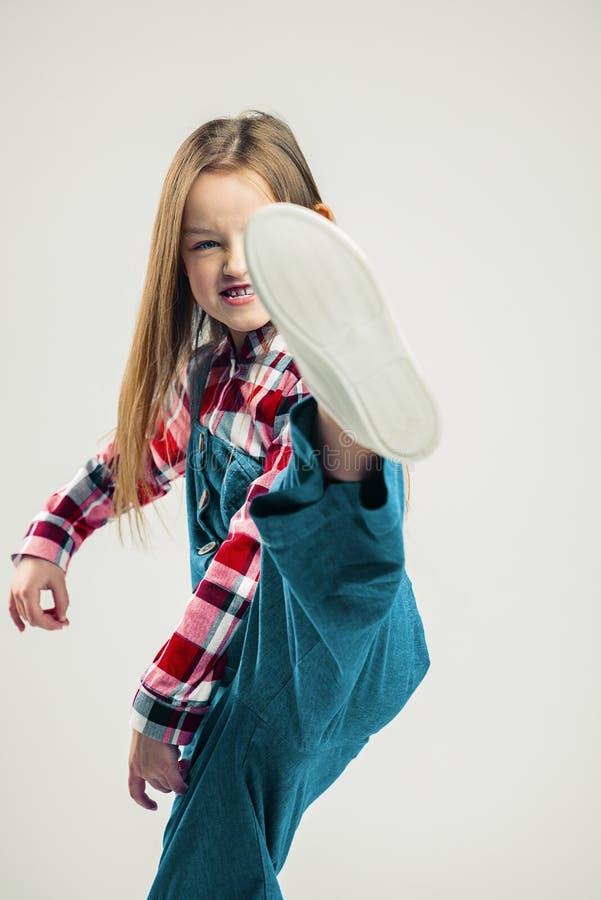 Boze meisjeschoppen de manierstudio van kinderen het schieten Jong geitjeemotie royalty-vrije stock fotografie