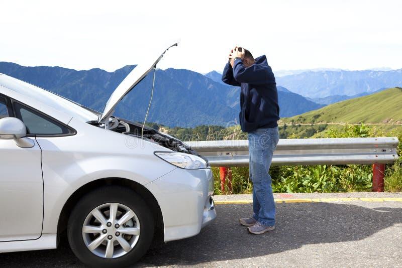 Boze mens met analyseauto stock foto's
