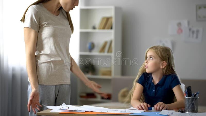 Boze moeder die en bij weinig dochter, familieproblemen kritiseren gillen stock afbeeldingen