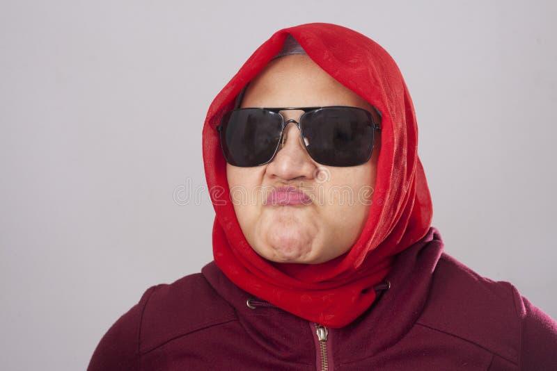 Boze Moslimdame in Rood stock fotografie