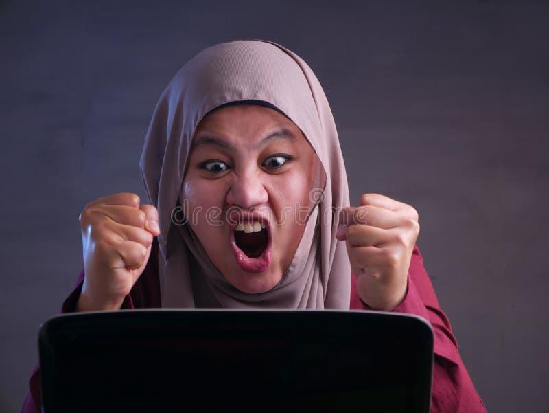 Boze Moslimonderneemster Working op Laptop op het Kantoor royalty-vrije stock afbeelding