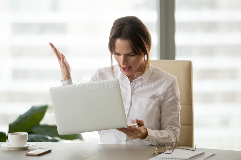 Boze onderneemster die problemen met laptop hebben stock foto