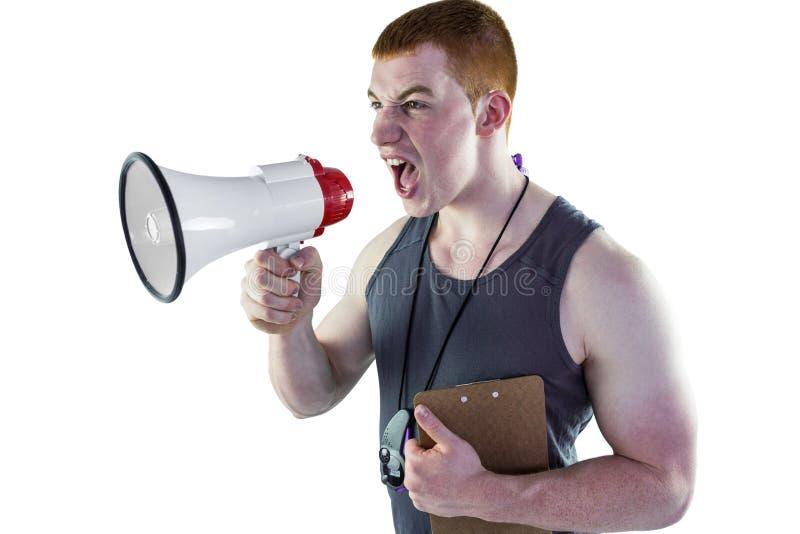 Boze persoonlijke trainer die door megafoon schreeuwen royalty-vrije stock foto