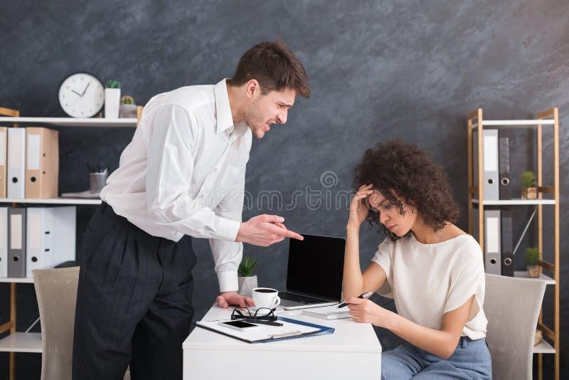 Boze razende werkgever die bij zijn secretaressewerknemer schreeuwen stock afbeelding