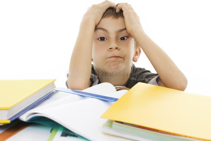 Boze schooljongen met het leren van moeilijkheden. royalty-vrije stock afbeeldingen
