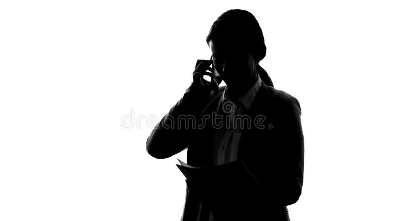 Boze secretaresse die verslagen controleren, die partners roepen, die operationele problemen oplossen royalty-vrije stock afbeelding