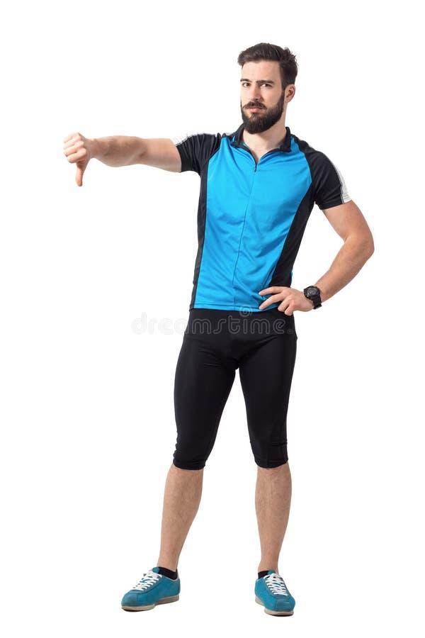 Boze teleurgestelde sportfietser die duimen onderaan handgebaar tonen royalty-vrije stock foto